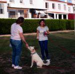 alumna con profesora y su perro