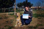 alumna con su diploma y perro